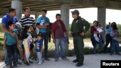 边境巡逻人员与从墨西哥非法越境进入美国德克萨斯州的移民交谈(2018年4月2日)