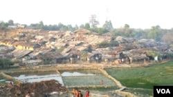 بنگلہ دیش کے ضلع کاکسس بازار میں روہنگیا پناہ گزینوں کی جھوپڑیاں۔ 30 نومبر 2016