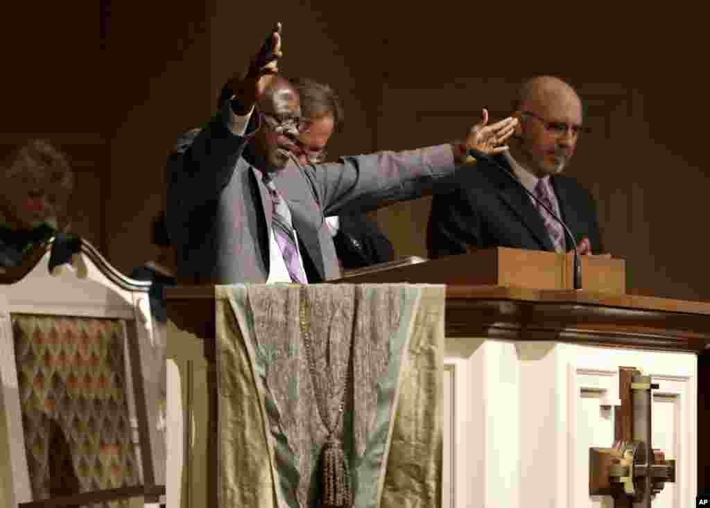 Bishop Nathan Kortu of New Life Fellowship Church preaches to his congregation which he dedicated to Thomas Eric Duncan, who died of Ebola October 8, 2014, Wilshire Baptist Church, in Euless, Texas, Oct. 8, 2014.