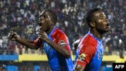 Meschak Elia (D) elongo na Doxa Gikanji ya ba Léopards bazali kosepela nsima na elonga ya RDC na finale ya CHAN 2016 na Kigali, Rwanda, 7 fébruary 2016.