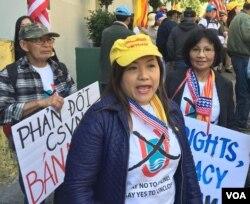 Các bạn trẻ trong Đoàn Thanh Niên Cờ Vàng từ Nam California tham gia cuộc biểu tình.