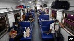 COVID-19 ပိုးေတြ႔သူ ျမင့္တက္ေနတဲ့ ထုိင္းႏုိင္ငံ ဘန္ေကာက္ၿမိဳ႕မွာ ႏွာေခါင္းစည္းတပ္ သြားလာေနတဲ့ ရထားစီးခရီးသည္မ်ား။ (ဧၿပီ ၉၊ ၂၀၂၁)