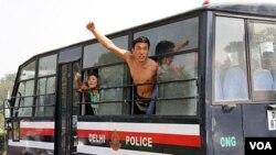 Para mahasiswa Tibet ini dibawa dalam bus tahanan polisi New Delhi setelah aksi demonstrasi mereka di depan Kedutaan Tiongkok (2/11).