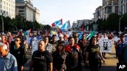 Sekitar dua ribu lebih pendukung Anwar Ibrahim menunggu keputusan di luar gedung pengadilan di Putrajaya, Malaysia (10/2).
