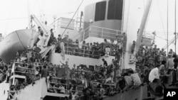 Người tị nạn Việt Nam trên tàu của Hoa Kỳ năm 1975.