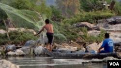 Ngư dân thả lưới bắt cá gần Don Sahong nơi mà chính phủ Lào đang có kế hoạch xây dựng một đập nước với kinh phí 600 triệu đôla.