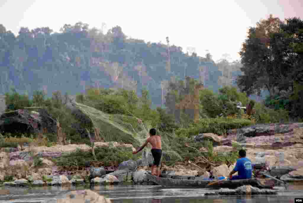 A fisherman casts his net near Don Sahong. The Laos government is planning a $600 million dam for the area but has been reluctant to reveal details surrounding the proposal and the impact it will have on fish migration and fish stocks. (Luke Hunt for VOA