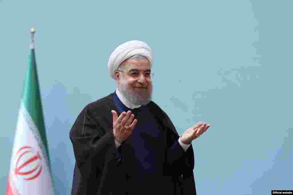 بعد از استعفای سه وزیر کابینه حسن روحانی او سه گزینه موقت برای سرپرستی وزارتخانه های ارشاد، ورزش و آموزش و پرورش گمارد. برخی می گویند روحانی تحت فشار با کناره گیری وزرایش موافق کرد و برخی گفتند این اقدام روحانی در سال آخر دولت برای بهبود کابینه صورت می گیرد.