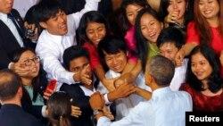 ក្រុមយុវជនព្យាយាមចាប់ដៃជាមួយលោកប្រធានាធិបតីស.រ.អា បារ៉ាក់ អូបាម៉ា ក្រោយពេលលោកបានផ្លែងសន្ទរកថាក្នុងសាលនៃកម្មវិធីYSEALI  នៅសាកលវិទ្យល័យ Yangon ក្នុងទីក្រុងYangon កាលពីថ្ងៃទី១៤ ខែវិច្ឆិកា ឆ្នាំ២០១៤។