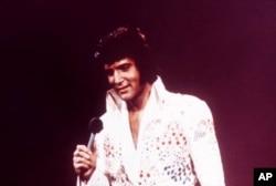 Ông vua nhạc Rock n Roll Elvis Presley trong một buổi biểu diễn năm 1973.