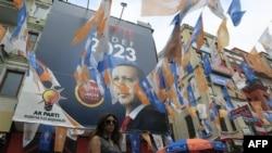 Sedište vladajuće turske Stranke pravde i razvoja, u Istanbulu oblepljeno plakatima sa likom premijera Redžepa Tajipa Erdogana