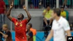 El delantero belga Romelu Lukaku celebra su gol en la victoria 2-1 de su equipo sobre EE.UU.