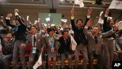 지난 7일 부에노스아이레스에서 열린 제125차 국제올림픽위원회 총회에서, 도쿄가 2020년 하계올림픽 개최지로 최종 선정되자 도쿄 올림픽 유치위원들이 환호하고 있다.