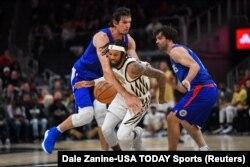 Boban Marjanović i Miloš Teodosić pokušavaju da zaustave košarkaša Atlante Diandrea Bambrija (Foto: Reuters/Dale Zanine-USA TODAY Sports)