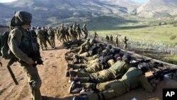 ທະຫານອີສຣາແອນຕັ້ງທີ່ໝັ້ນເລາະຕາມຊາຍແດນລະຫວ່າງອີສຣາແອນແລະຊີເຣຍ ໃນເຂດພູ Golan Heights ວັນທີ 15, 2011.