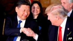 El presidente Donald Trump, estrecha la mano con el presidente chino Xi Jinping durante una cena en Mar-a-Lago, el jueves, 6 de abril de 2017, en Palm Beach, Florida.