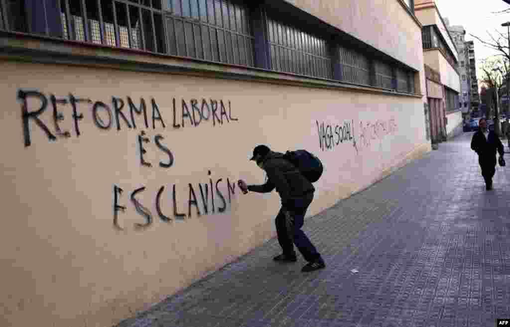 Антиурядові гасла вкрили стіни Барселони. 29.03.2012. AP