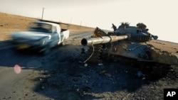 4일 나토군의 공중 폭격으로 파괴된 카다피 군의 탱크