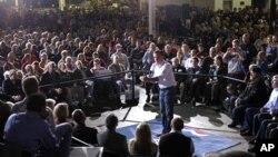 오하이오주 데이턴 선거집회에서 유권자들을 상대로 연설하는 공화당 대선 후보 미트 롬니