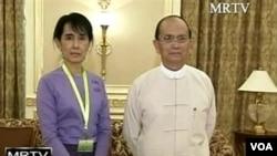 Pemimpin demokrasi Birma, Aung San Suu Kyi (kiri) dan Presiden Birma Thein Sein bertemu selama 1 jam di ibukota pemerintahan Naypyidaw (19/8).