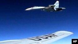 Pesawat jet Rusia Su-27 (atas) tampak mencegat pesawat Amerika RC-135 yang terbang di atas di atas Laut Baltik, Senin (19/6) lalu.