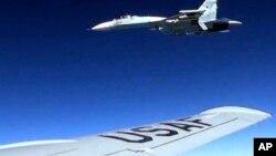 Ndege ya kijeshi ya Marekani, RC-135 wakati ikiruka katika anga za kimataifa kupita eneo la Baltic Sea ikichokozwa na ndege ya kivita ya Russia SU-27 jet, June 19, 2017.