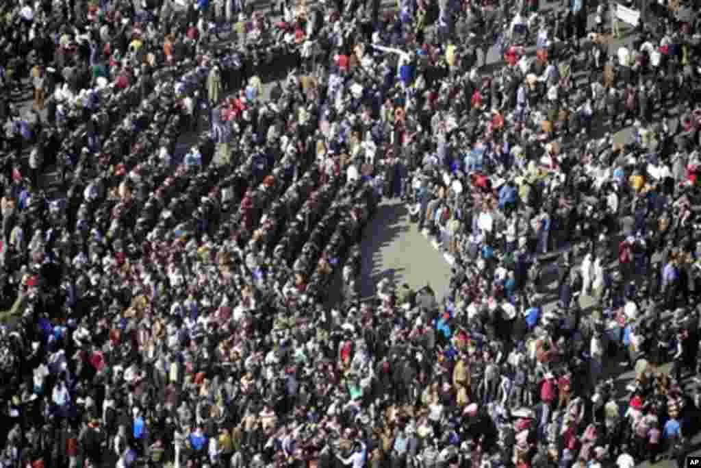 其它几个城市也发生了大规模抗议活动。之后,抗议示威来势凶猛,日夜延续不停......
