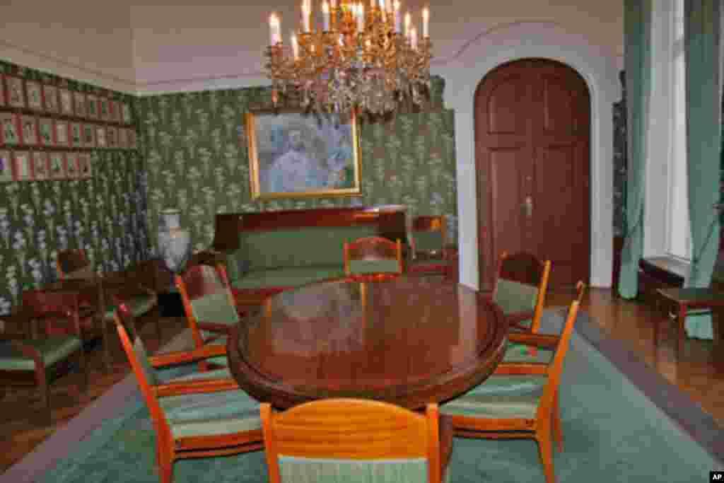 诺贝尔研究所内诺委会会议室。5名诺委会成员和身为秘书的研究所所长坐在这场会议桌前讨论得奖人选。