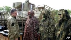 Tổng thống Ukraine Petro Poroshenko thăm các binh sĩ ở thành phố Slovyansk, nơi từng là cứ địa của phiến quân thân Nga.