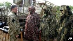 Ukraina prezidenti Petro Poroshenko askarlar bilan uchrashmoqda