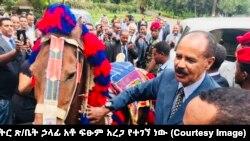 የኤርትራው ፕሬዚዳንት ኢሳያስ አፈወርቂ ከኦሮሚያ ክልል ፕሬዝዳንት አቶ ለማ መገርሳ ፈረስ ከእነ ጋሻና ጦሩ ስጦታ ተበረከተላቸው። #Ethiopia #Eritrea #VOAAmharic (መረጃና ፎቶው ከጠቅላይ ሚኒስትር ጽ/ቤት ኃላፊ አቶ ፍፁም አረጋ የተገኘ ነው)