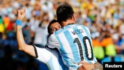 ທ້າວ Angel Di Maria ທີມອາເຈນຕີນາ ສະຫຼອງໄຊ ຫຼັງຈາກ ເຕະບານເຂົ້າໂກນ ກັບເພື່ອນໃນທີມ ທ້າວ Lionel Messi ໃນລະຫວ່າງການຕໍ່ເວລາພິເສດໃນຮອບ 16 ທີມ ທີ່ສະໜາມກີລາ ທີ່ເມືອງ Sao Paulo, ວັນທີ 1 ກໍລະກົດ 2014.