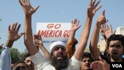 Warga Pakistan melakukan aksi protes anti-Amerika yang menuduh badan intelijen Pakistan mendukung pemberontak menyerang kantor-kantor Amerika di Pakistan (23/9).