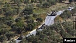 Tanques sirios vistos desde la aldea turca de Hatay Saribuk en la provincia a lo largo de la frontera turco-siria.