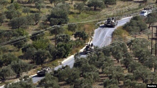 Tanques sirios vistos desde la aldea turca de Hatay Saribuk, en la provincia a lo largo de la frontera turco-siria.