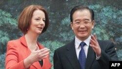 Thủ tướng Australia Julia Gillard (phải) và Thủ tướng Trung Quốc Ôn Gia Bảo tại Sảnh đường Nhân dân ở Bắc Kinh, ngày 26/4/2011