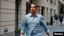 트럼프 대통령의 개인 변호사였던 마이클 코언씨가 2일 뉴욕주 뉴욕시의 호텔에서 나오고 있다.