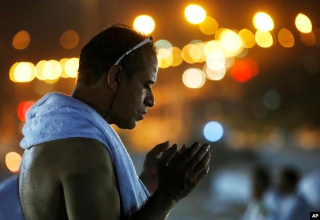 Seorang calon haji ketika tengah melakukan salah satu prosesi haji. (Foto: AP)