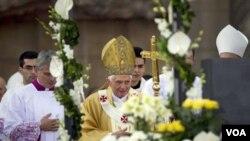 Paus Benediktus melakukan misa di gereja Sagrada Familia di Barcelona, Spanyol, Minggu 7 November 2010.