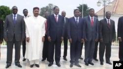Photo de famille des leaders de l'UEMOA à la fin du sommet de Lomé, le 6 juin 2012