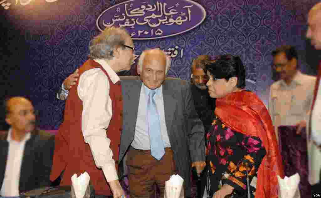 معروف ناول و افسانہ نگار انتظار حسین بھارتی شاعر شمیم حنفی سے بغل گیر ہوتے ہوئے