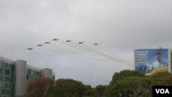 """Los aviones brasileños de la """"Escuadrilha da Fumaça"""" abrieron las celebraciones del día de la Independencia de Brasil al sobrevolar la Explanada de los Ministerios y pintar el cielo de verde y amarillo"""