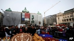 Beogradski pekari umesili su tradicionalnu božićnu česnicu koja je lomljena u centru grada.