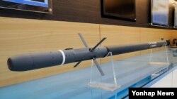 한국군이 해상으로 기습 침투하는 북한의 공기부양정을 격파하는 2.75인치(70㎜) 유도로켓을 내년 중 서북도서에 배치한다. 한국 국방과학연구소(ADD)에 따르면 지난 2012년부터 700억원을 투입해 개발에 착수한 2.75인치 유도로켓이 최근 4발째 시험사격에서 목표물을 명중시켰다.