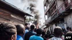 Les résidents de Goma observent le crash d'un petit avion de ligne