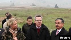 Alman Savunma Bakanı Thomas de Maiziere(ortada) geçen ay Kahramanmaraş'ta Alman birliklerini ziyaret ederken