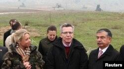 Almanya Savunma Bakanı Thomas de Meziere (ortada) yılbaşında Türkiye'yi ziyareti sırasında