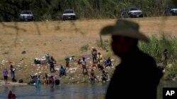 Migranti, većinom iz Haitija, prelaze Rio Grande iz Del Rija u Teksasu ka mestu Siudad Akuna u Meksiku, 22. septembra 2021. Neki se vraćaju da izbegnu moguću deportaciju iz SAD a drugi da nabave potrebne zalihe.