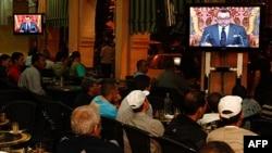 Khách hàng trong một quán cà phê ở Casablanca xem truyền hình trực tiếp bài phát biểu của Quốc vương Marốc Mohammed VI, ngày 17 tháng 6, 2011