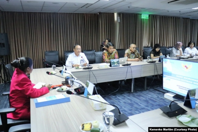 """Maria Lengari atau Osin saat menjabat """"Satu Hari Menjadi Menko Bidang Kemaritiman"""" bersama para pejabat Kemenko Maritim, Jakarta, 11 Oktober 2018. (Foto: Humas Kemenko Maritim)."""